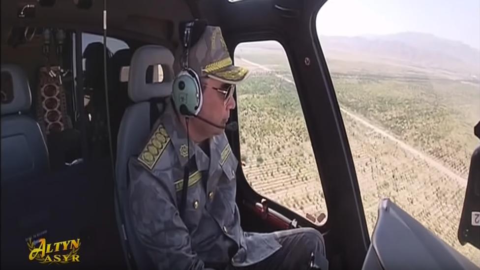 Turkmen President Berdimuhamedow pilots helicopter, June 2019