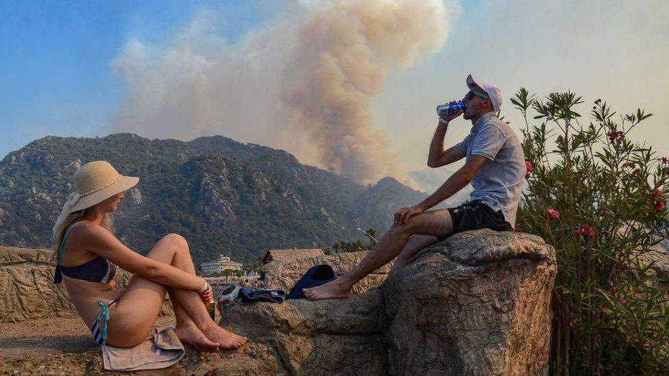 Пожары в Анталье и Мармарисе: пять очагов пока не удается взять под контроль, туристов эвакуируют с пляжей
