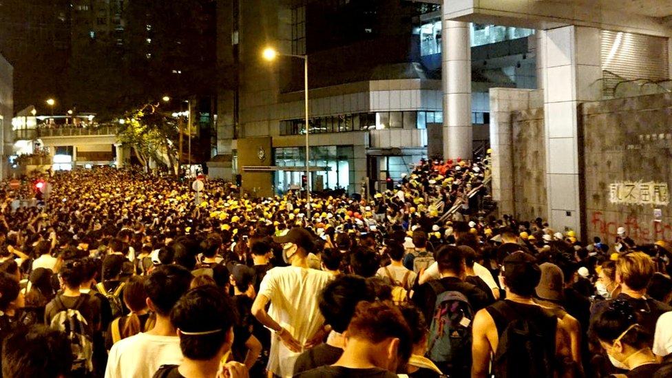 示威者在香港警察總部門前聚集(21/6/2019)