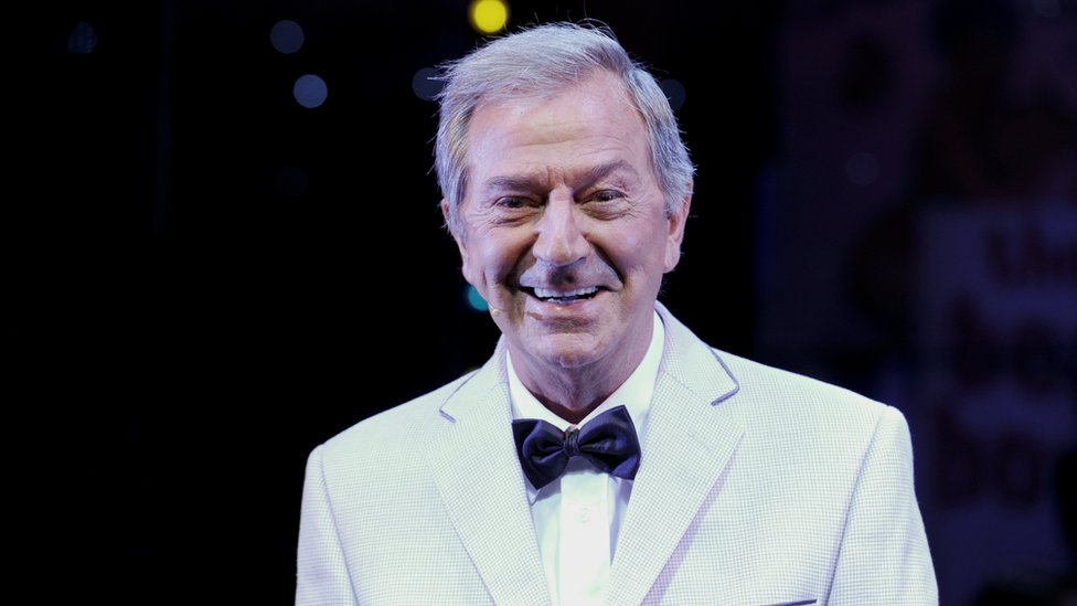 'Ultimate entertainer' Des O'Connor dies aged 88 thumbnail