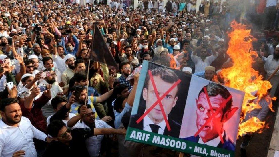 متظاهرون بالقرب من السفارة الفرنسية في إسلام أباد