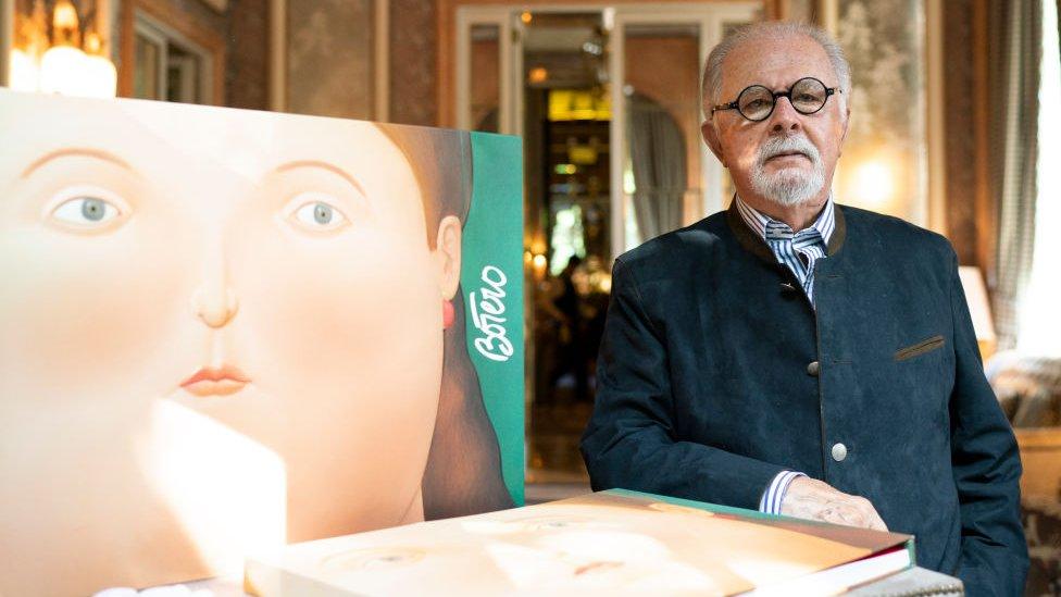 Fernando Botero al lado de uno de sus cuadros.
