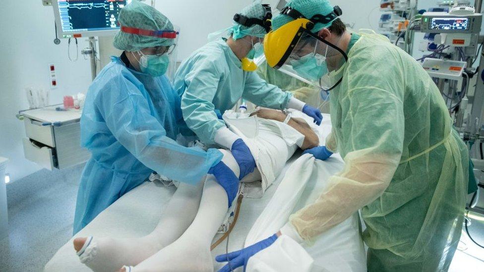 Doctores atendiendo a un paciente con covid-19 en un hospital de Bruselas, en Bélgica.