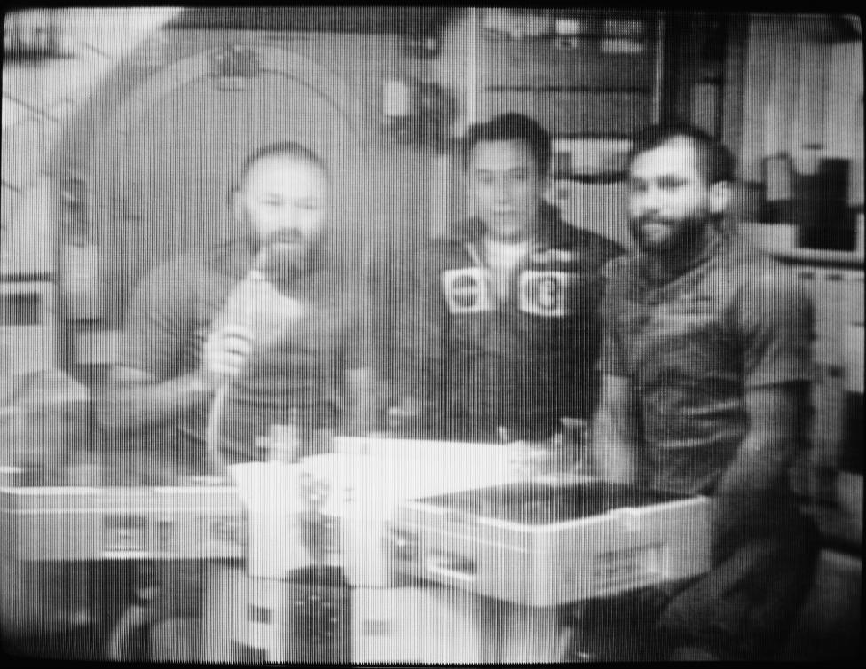 La tripulación del Skylab 4 habla por radio.