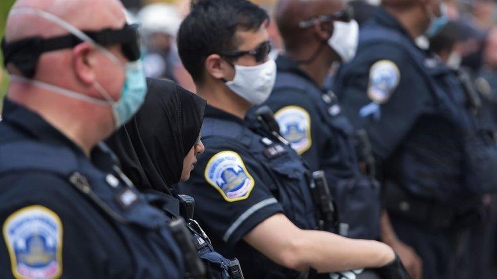 Han surgido ideas para reformar los cuerpos de policía, como desviar dinero y tareas para financiar la salud mental y el trabajo social.