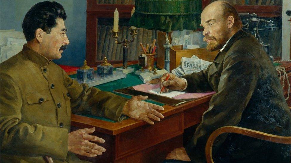 Lenin y Stalin conversando NO USAR / BBC