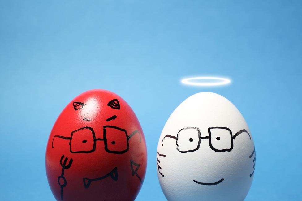 Huevo pintado de diablo y huevo pintado de ángel.