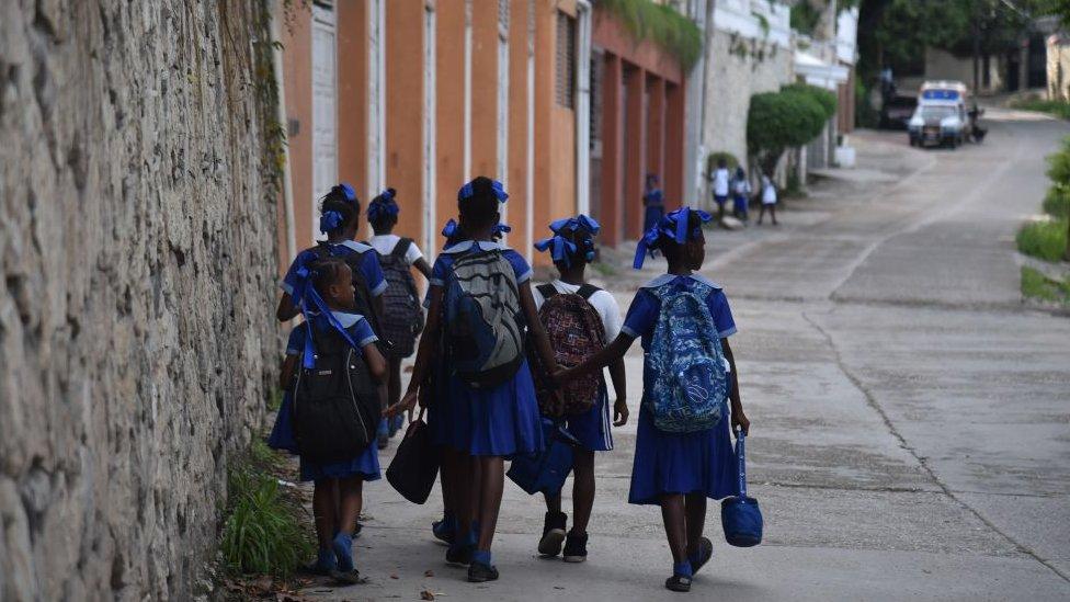 niños haitianos en la escuela.
