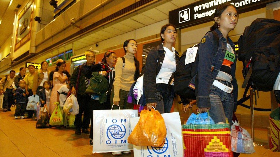 Personas hmong esperando para abandonar Tailandia y ser trasladadas a California