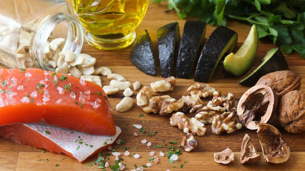 Pescado, nueves y otros alimentos ricos en aceites saludables