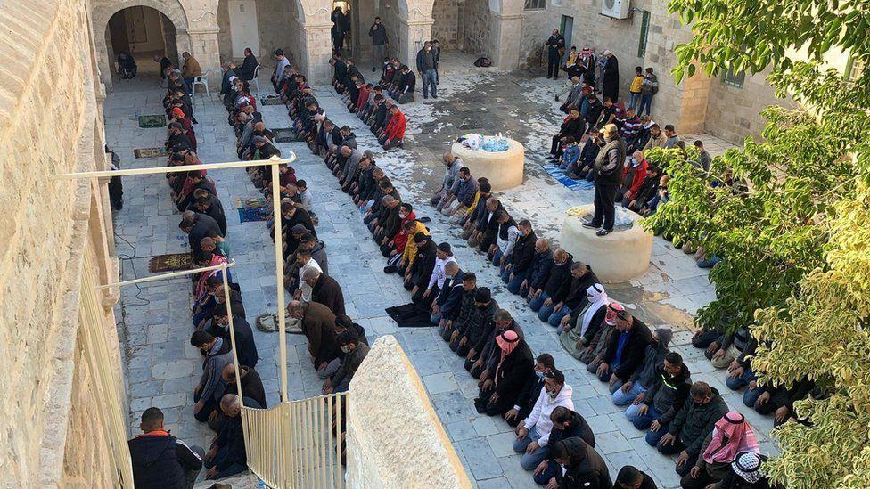 فلسطينيون مسلمون يصلون في النبي موسى