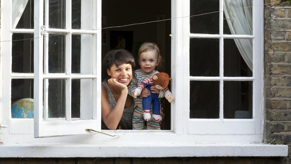 أم وطفلها يطلان من نافذة مفتوحة
