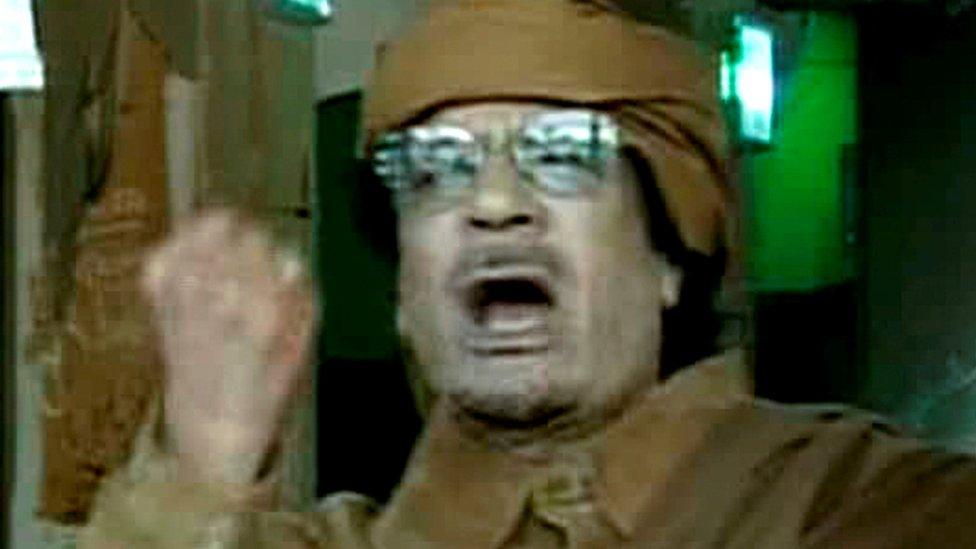 القذافي خلال خطابه الشهير الذي هدد فيه الثوار