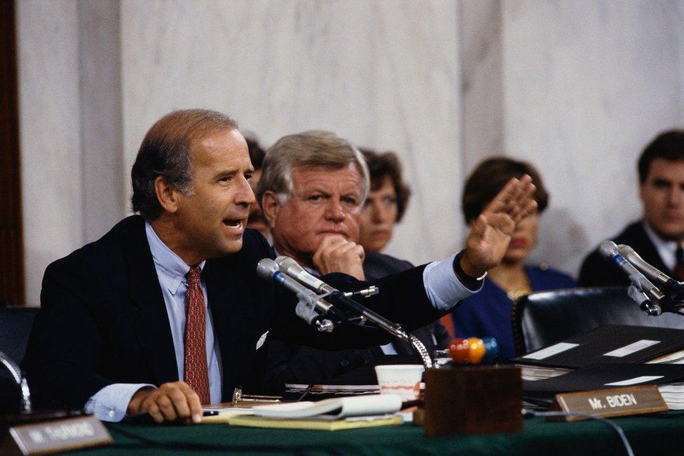 拜登參議員和特德·肯尼迪(Ted Kennedy)在非洲裔最高法院大法官克拉倫斯·托馬斯(Clarence Thomas)確認聽證會上。