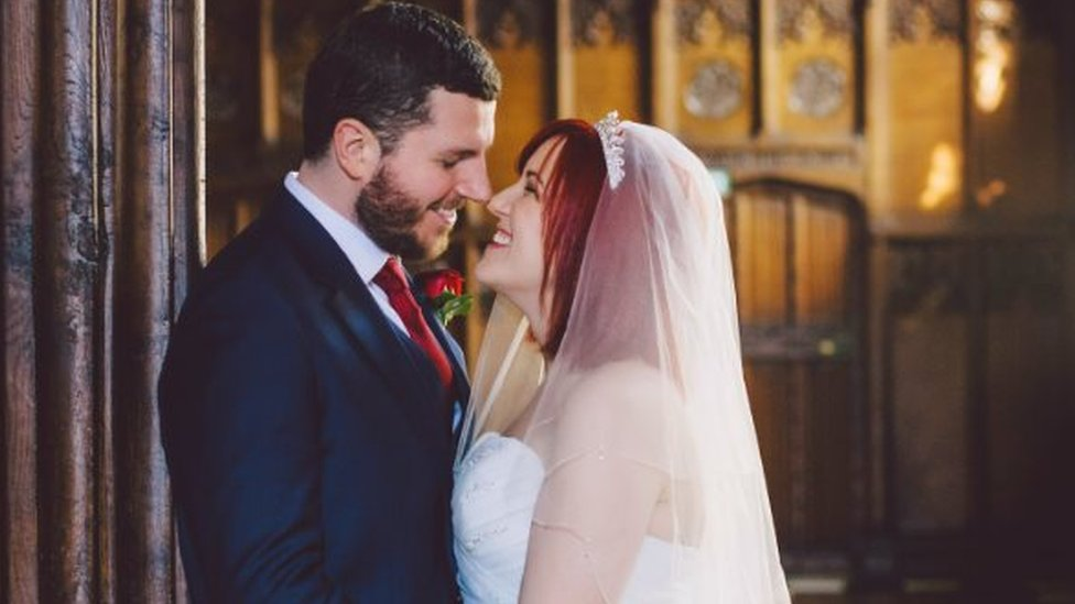 Thomas y Sophie en el día de su boda.