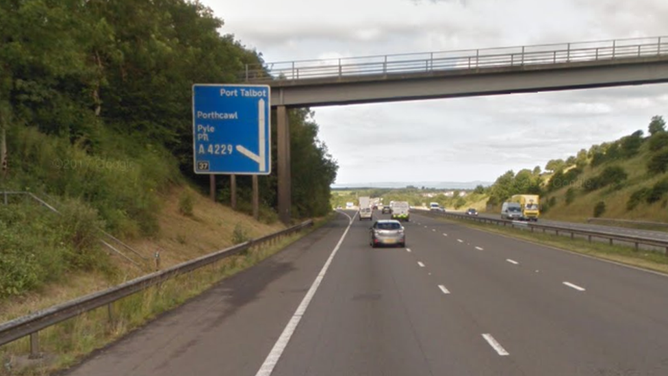M4 car carrying children was in wrong carriageway