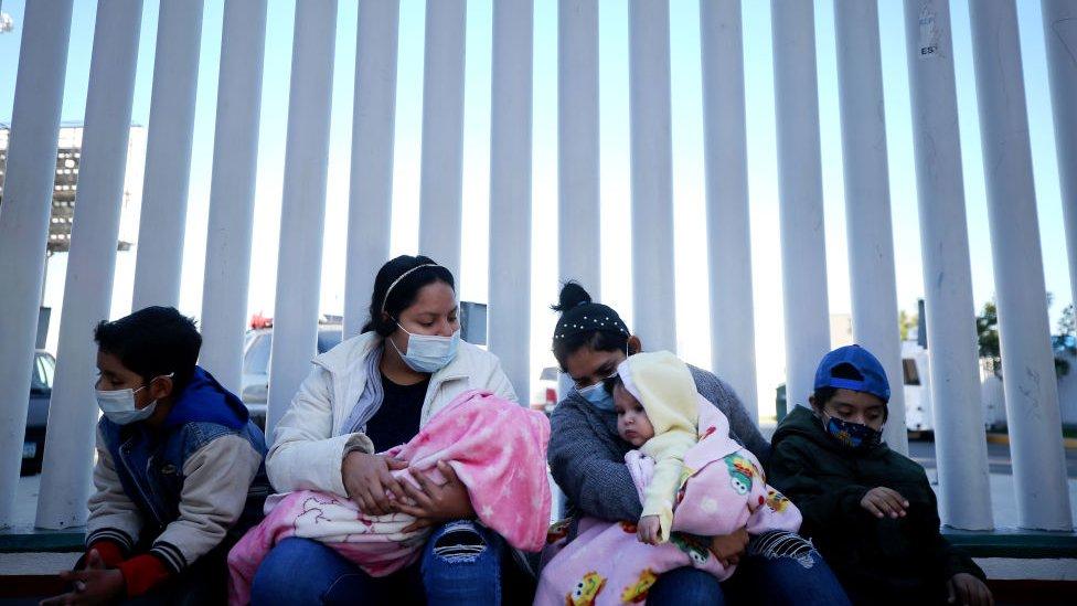 Mujeres en El Chaparral en Tijuana