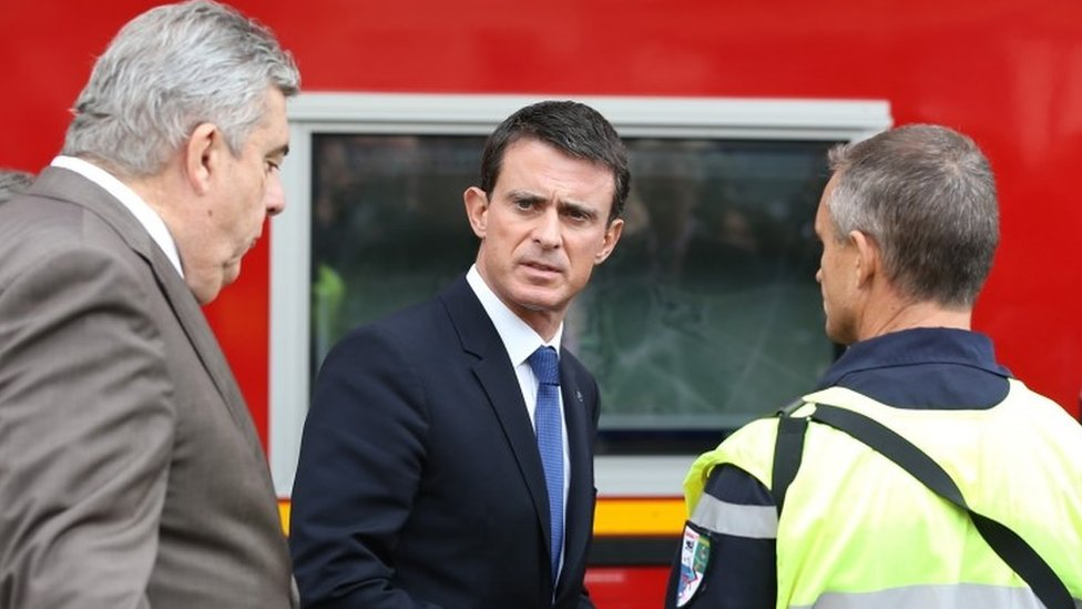 French Prime Minister Manuel Valls (centre) at the scene of the crash (23 October 2015)