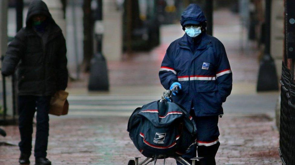 عامل بريد يرتدي الكمامة في أبريل عام 2020