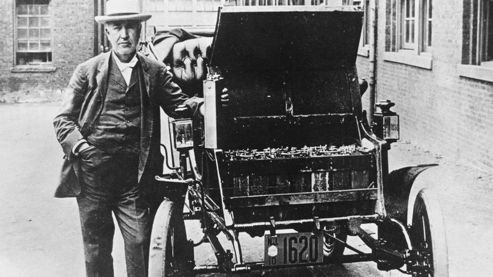 Thomas Edison con su auto eléctrico en 1895.