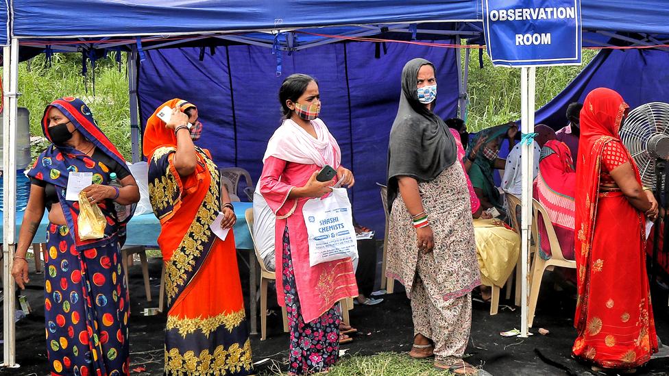 أشخاص ينتظرون التطعيم في معسكر في راجغات في نيودلهي بالهند، في 15 سبتمبر/أيلول 2021