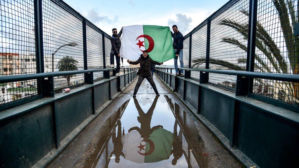 نزل الجزائريون الى الشوارع احتجاجا على اعتزام بوتفليقة الترشح لعهدة رئاسية خامسة