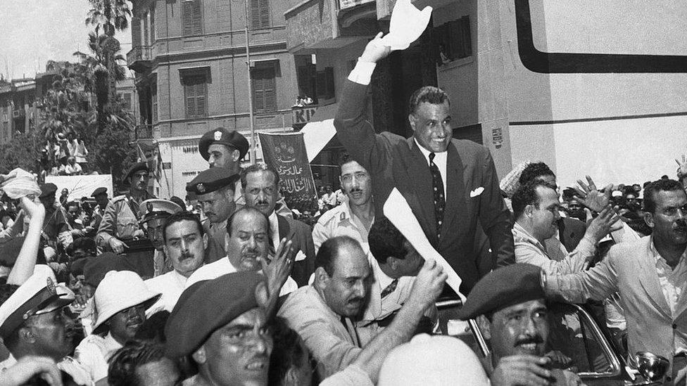 Una multitud saluda a Nassar después del anuncio del presidente egipcio de la nacionalización del Canal de Suez.