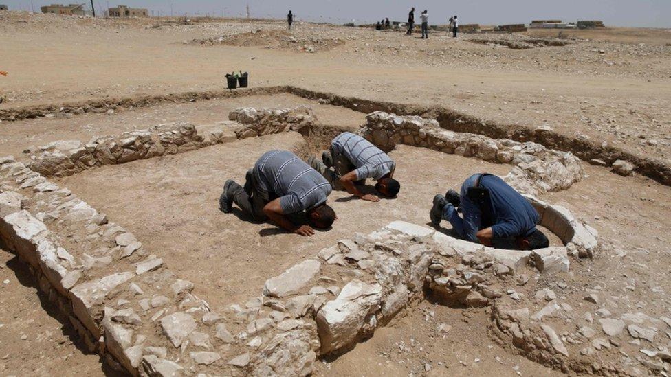 مسلمون يصلون في موقع المسجد المكتشف حديثا