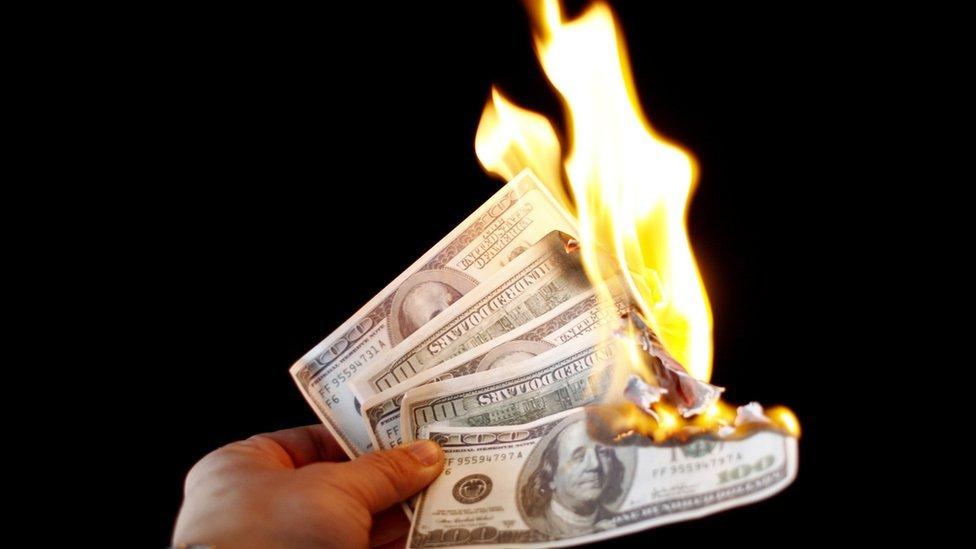 Dólares quemándose