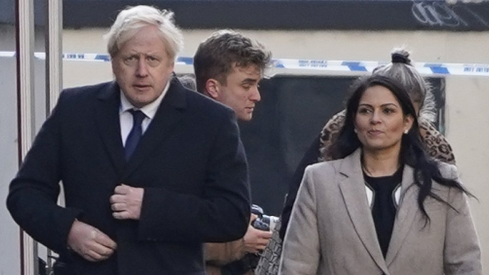 英國首相約翰遜和內政大臣帕特爾視察倫敦橋案發現場