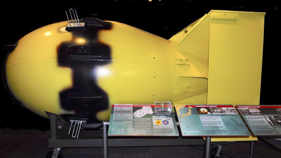 Réplica a tamaño real de la bomba atómica 'Fat Man' que fue lanzada sobre Nagasaki, Japón el 9 de agosto de 1945, y que se encuentra entre las exhibiciones en el Museo de Ciencias Bradbury en Los Alamos, Nuevo México.