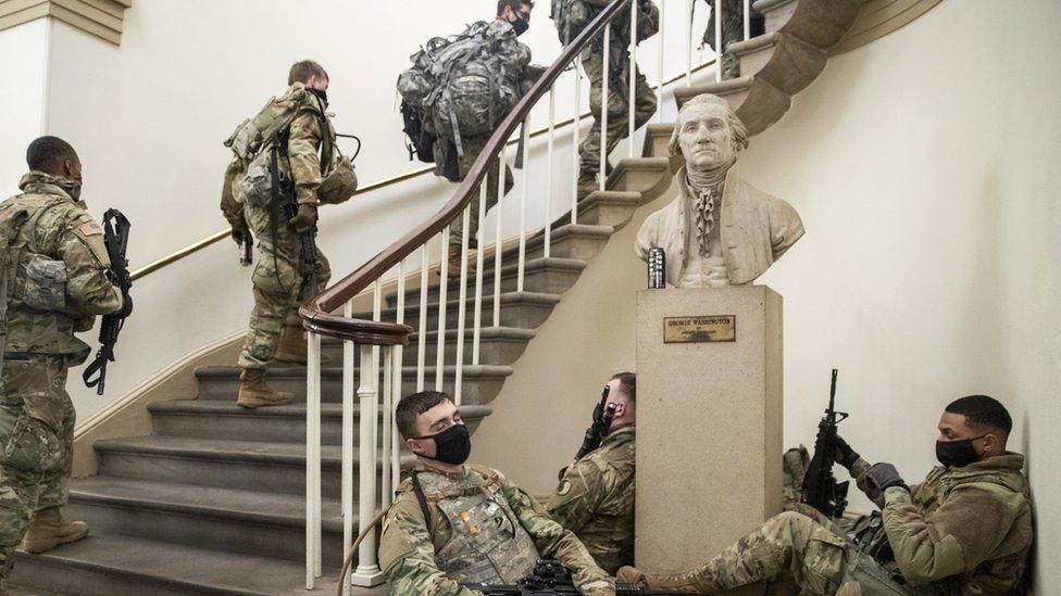 Две недели солдаты охраняли Капитолий и там же спали. А теперь их выгнали на улицу