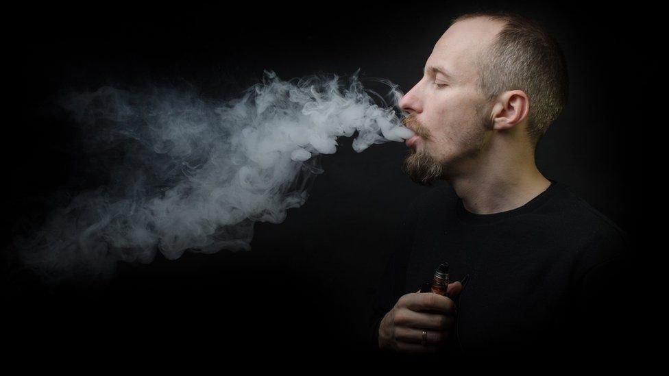 شخص يدخن
