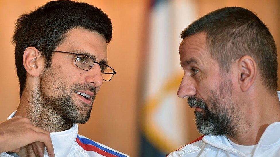 Novak Djokovic junto al entrenador Bogdan Obradovic en la Copa Davis de 2016.