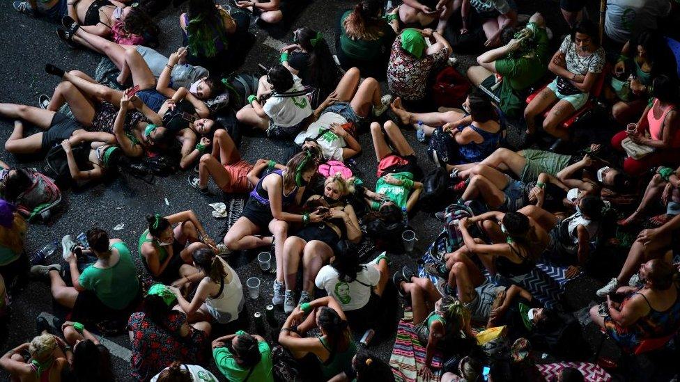 Manifestantes esperando por el resultado en Buenos Aires.