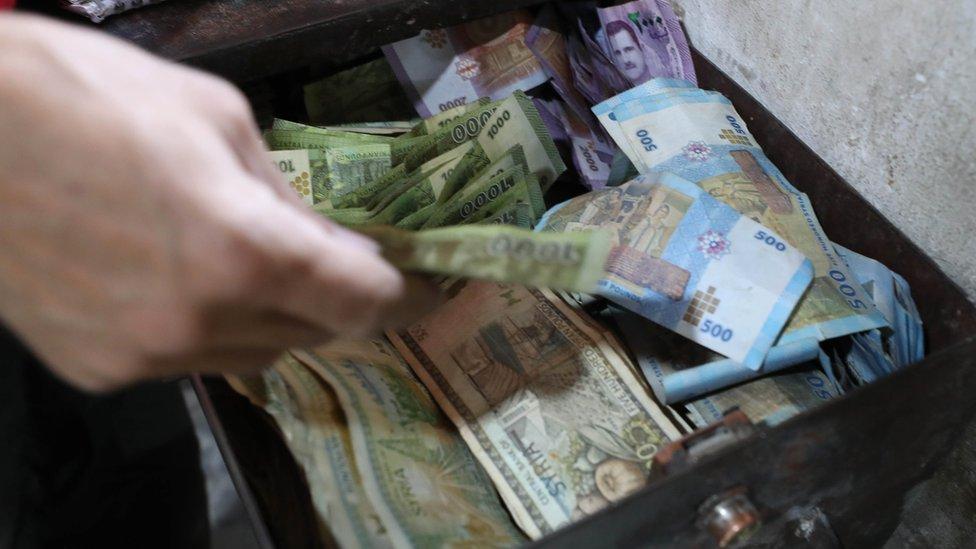 Vrednost sirijske funte pala je na crnom tržištu u odnosu na američki dolar