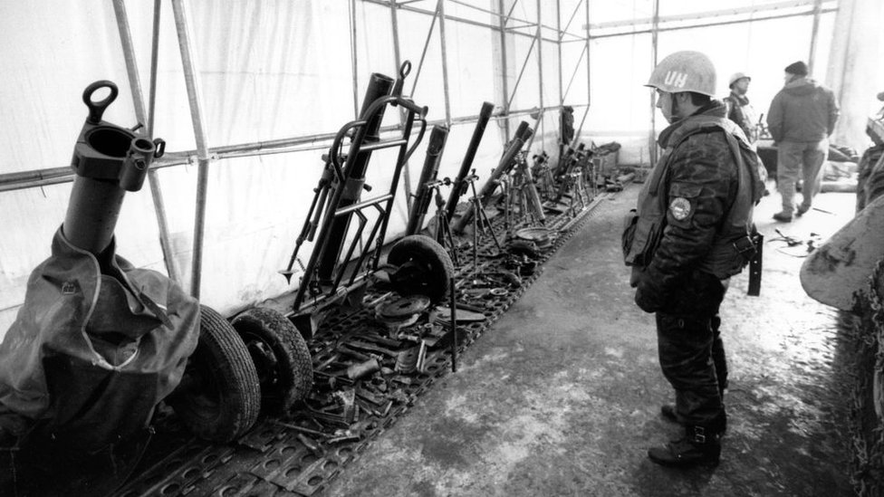 Ukrainskiй mirotvorec na punkte sbora oružiя, 1994 god