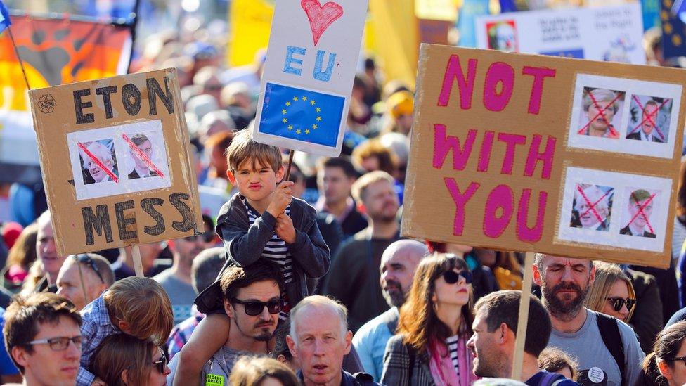 """Сотни тысяч британцев приняли участие в марше с требованием нового референдума по """"брекситу"""""""