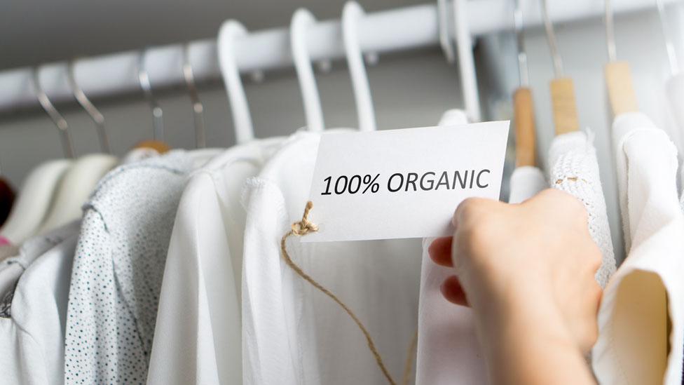 Camisas con la etiqueta de algodón orgánico