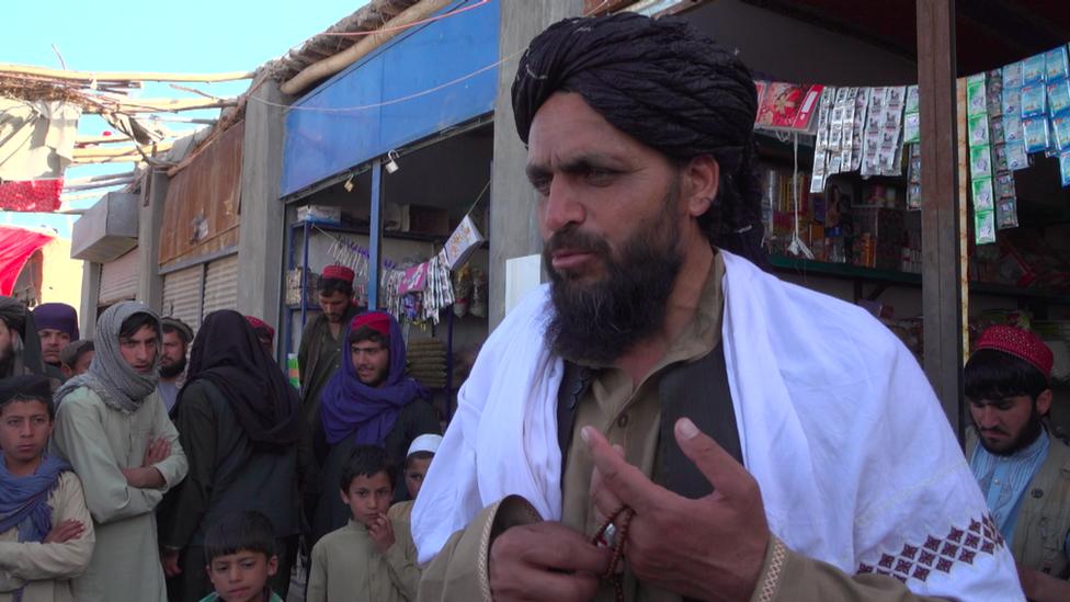 Haji Hekmat con un turbante negro