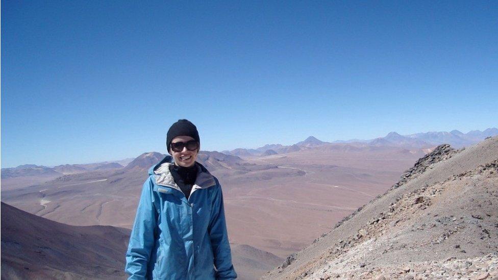 La profesora Jo Dunkley en la frontera entre Bolivia y Chile