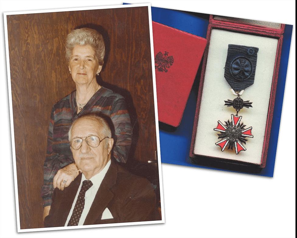 Rattinger junto a su esposa y la medalla concedida por el gobierno polaco.