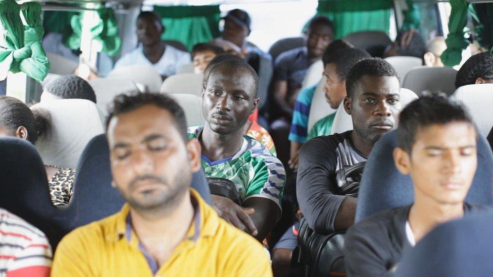 Bus lleno de migrantes