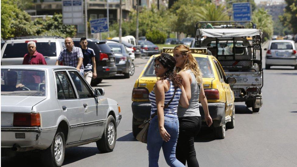 دمشق - تموز/يوليو 2018 شابتان تقطعان الشارع