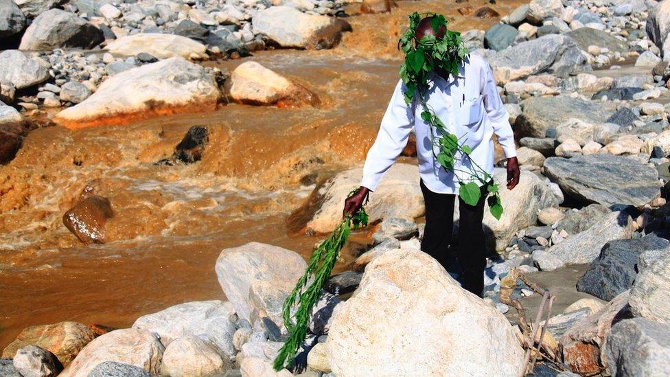 Duhovni vođa pročišćava vodu na ušću tri reke