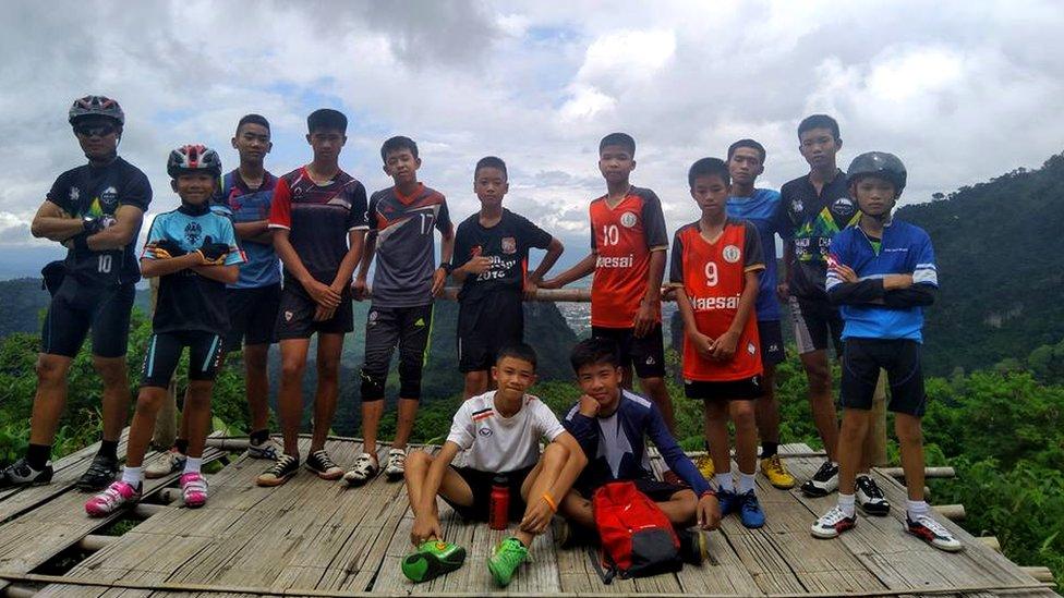 El grupo de adolescentes con su entrenador