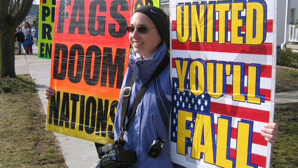 Manifestante contrario a los homosexuales