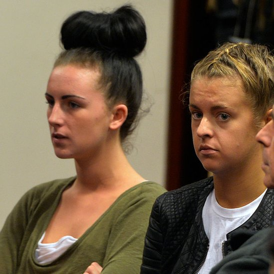 Michaella McCollum (izq.) y Melissa Reid durante su juicio
