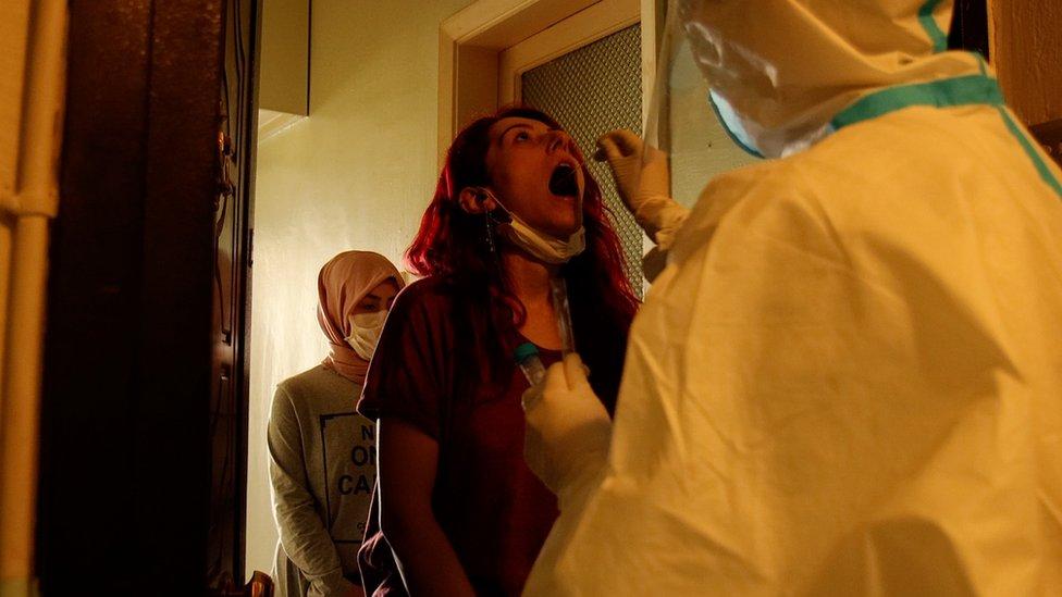اجراء اختبار للتأكد من الإصابة بكورونا في تركيا