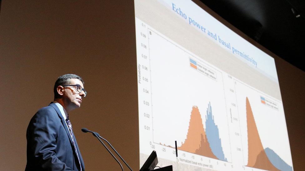 Roberto Orosei explicando el funcionamiento del radar